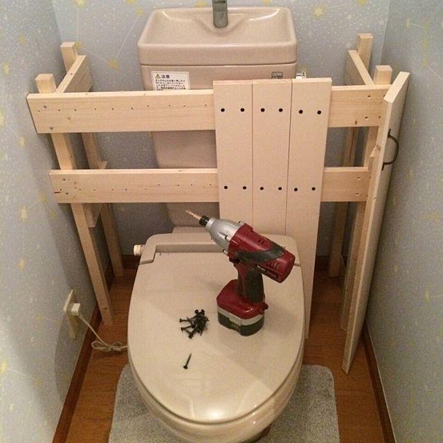 女性で、4LDKのタンクレス DIY/タンクレス風/トイレ改造計画/DIY/バス/トイレについてのインテリア実例を紹介。「用意した板を扉側から貼り付けます。」(この写真は 2016-01-25 12:59:54 に共有されました)