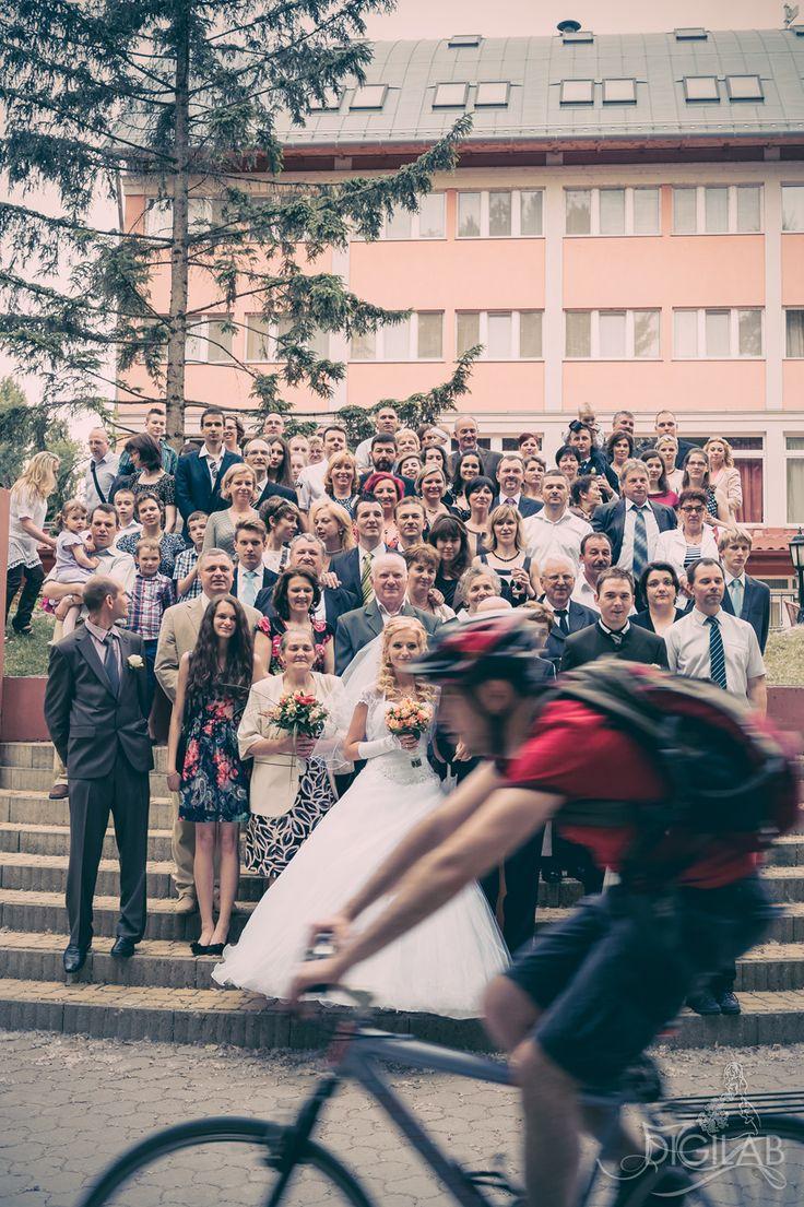 Csoportkép fotózsúrnaliszta stílusban #vintage #wedding #photojournalist http://www.digilab.hu