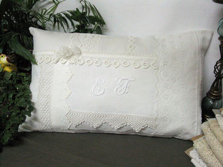 réf 110. Une très belle association de tissu et dentelle blanche mais pas tout à fait blanc !!