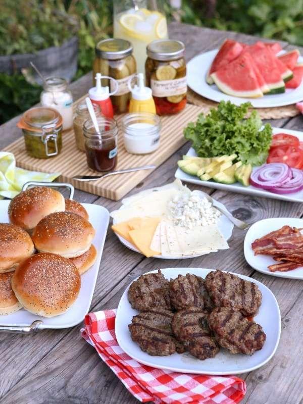 Prévoyez un bar à hamburgers où chacun pourra composer son hamburger selon ses envies. 14 astuces pour réussir une fête dans le jardin
