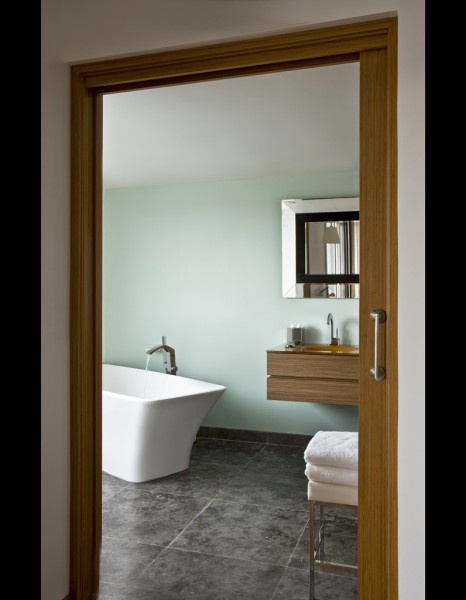 vert d eau dans l une des salles de bains habill e de larges dalles de granit anthracite la. Black Bedroom Furniture Sets. Home Design Ideas