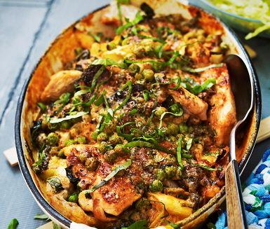 Basilikagratinerad kyckling med ärter, en rätt som i stort sett reder sig självt. Skär purjolök i breda skivor och bryn tillsammans med kycklingen innan du lägger alltsammans i en form. Därefter hälls den smaksatta såsen gjord på grädde över kycklingen som får stekas färdigt i ugnen. Serveras med ris och sallad.