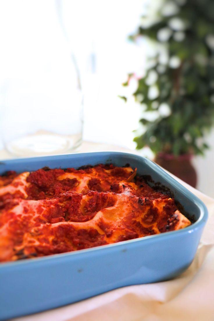 Lasagne vegan al pomodoro- con ragù di tofu. Un primo goloso e nutriente adatto non solo ai vegani e ai vegetariani, ma a tutti. Una ricetta senza uova, senza latte e senza carne, ma arricchita con un saporito ragù di tofu completamente vegan.  PANE & SALE  #vegan #ricette_vegan #lasagne_vegan #ricette_tofu