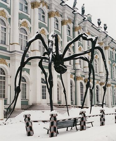 Giant sculpture MAMAN (1999) by Louise Bourgeois, installed at the Hermitage Museum in St. Petersburg in 2001.