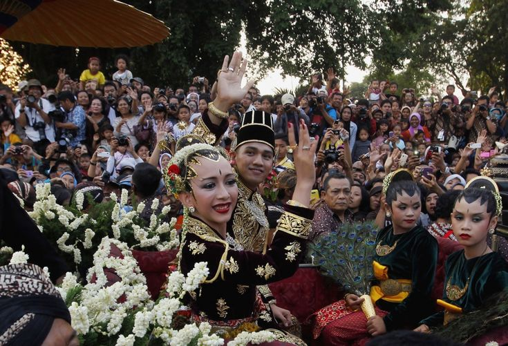 На каждом индонезийском населенном острове — своя мода на подвенечные наряды. Чаще всего девушки одеваются в платья ярких цветов с тяжелой вышивкой.