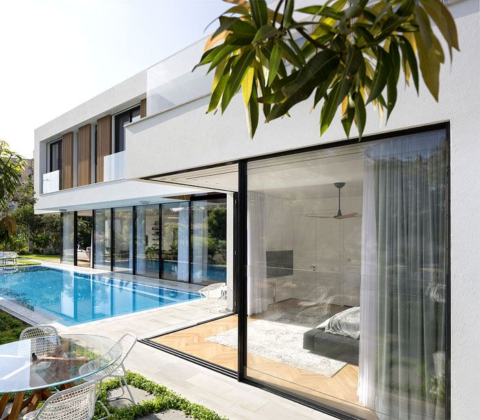 L-shaped House Completely Open To The Pool - InteriorZine
