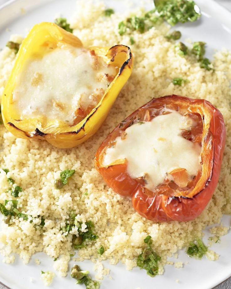 Paprika's worden heerlijk zoet en sappig als je ze in de oven bakt. We vullen ze met tomaten en laten er de mozzarella over smelten, lekker bij de couscous!