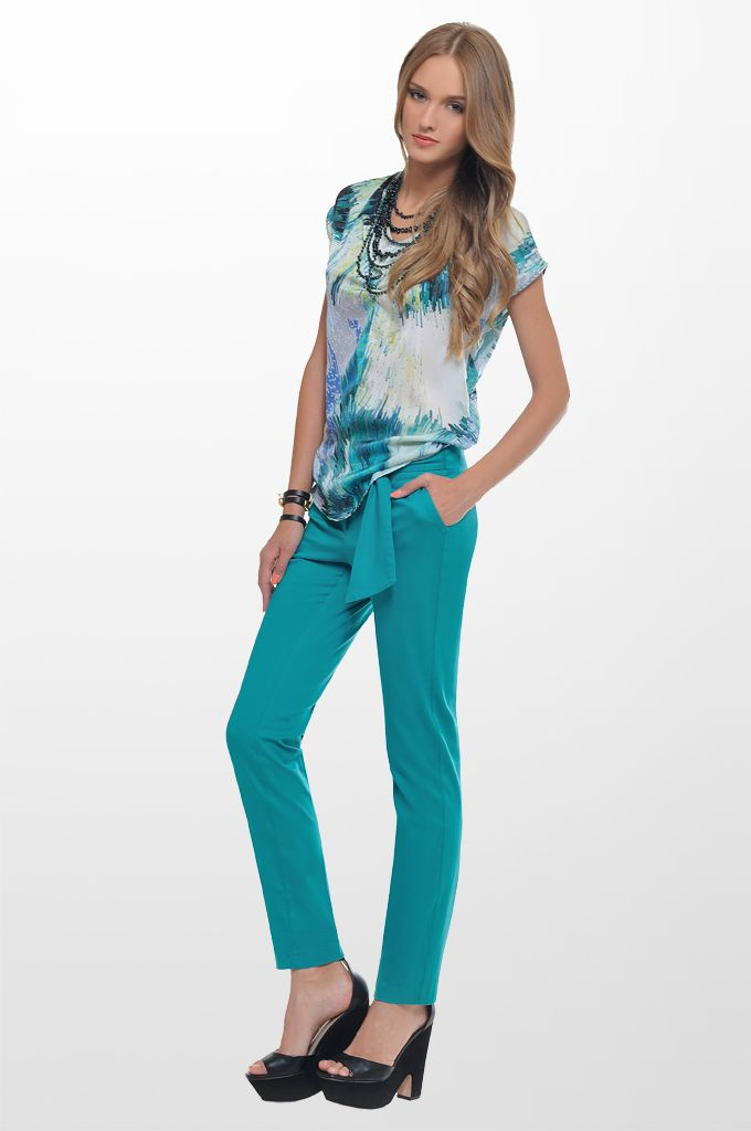 Sarah Lawrence - sleeveless printed top, city belted pant, beaded necklace.