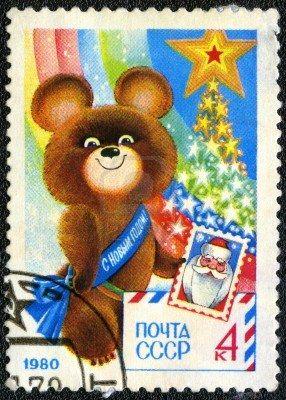 URSS - CIRCA 1979: Un timbre imprimé en URSS montre olympique ours tenant Stamp - un symbole des jeux olympiques de Moscou, le Nouvel An 1980, vers 1979