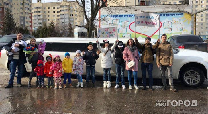 В столице Чувашии выписали из роддома маму 13-ти детей. Муж чебоксарки и ее дети устроили Марии Падиаровой приятный сюрприз. С поздравлениями они приехали к роддому.