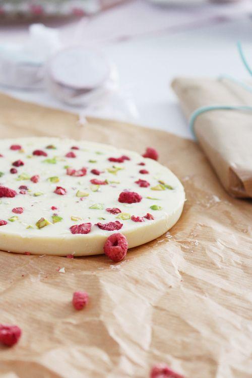 Turrón de frambuesa y pistacho: 1 tableta de chocolate blanco, 40 g manteca vegetal, frambuesas liofilizadas, pistachos