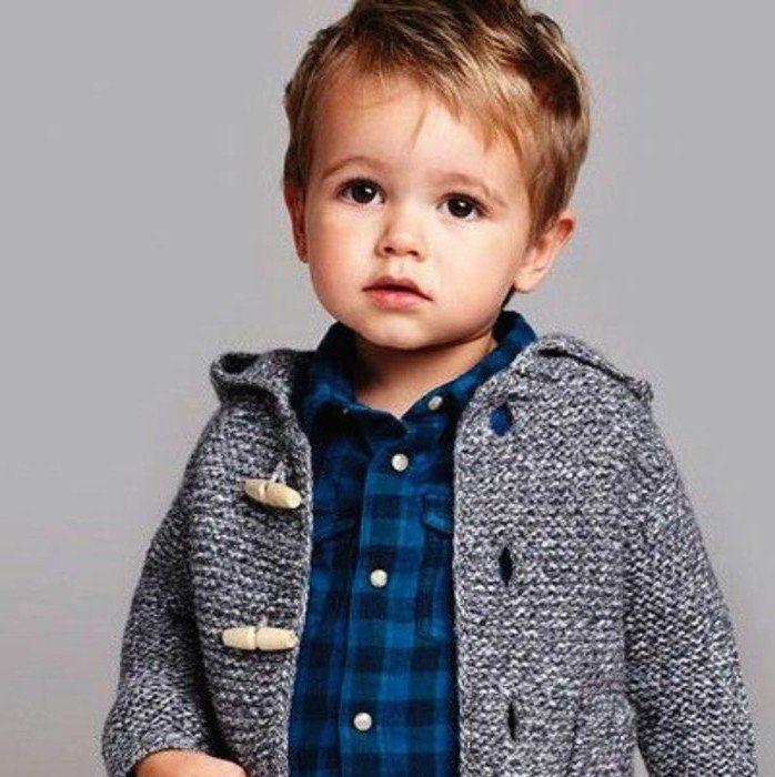 un petit garçon mignon avec une coupe garçon classique
