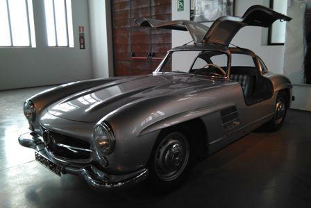 """Mercedes 1955 (Alemania). Modelo 300 SL. """"Alas de gaviota"""". 6 cyl, 212 hp, 3000 cc. Museo del Automóvil y la Moda de Málaga."""