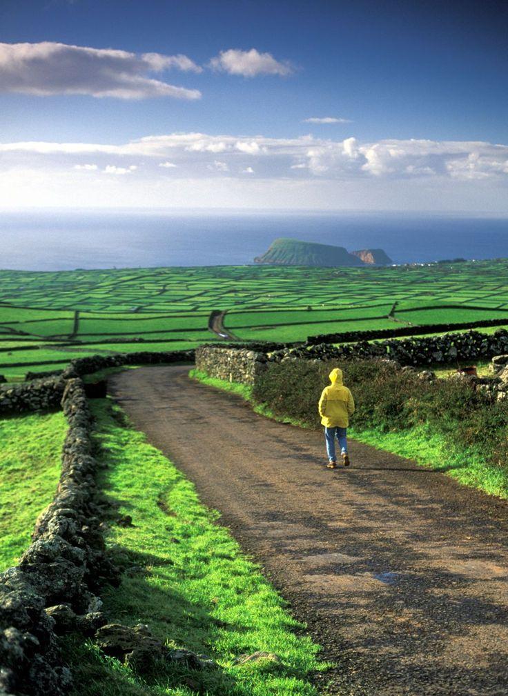 Un hombre paseando por Isla Terceira, en el archipiélago portugués de las Azores.