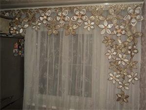 Цветочно-золотые шторы для кухни