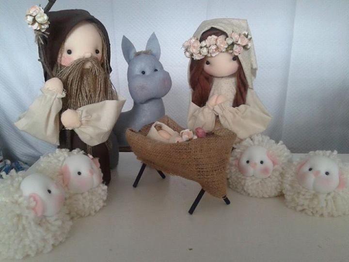 Pesebre con ovejas hechas de lana.