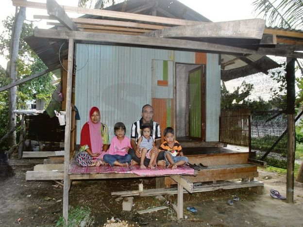 """Pondok ni jelah mampu saya bina   Nik Amran bersama keluarganya tinggal di sebuah pondok kecil tanpa bekalan elektrik dan air bersih.  TUMPAT  """"Anak-anak terpaksa tidur bergelap sebab tak ada bekalan elektrik. Kalau nak ke tandas kena menumpang tandas awam di gelanggang futsal"""" adu Nik Amran Nik Jih 36. Ayah tiga anak ini memberitahu dia bersama isterinya Norida Abdullah 29 dan anak-anak mereka ketika ini tinggal di pondok kecil di Kampung Padang Rokma untuk berteduh. Tanpa bekalan elektrik…"""