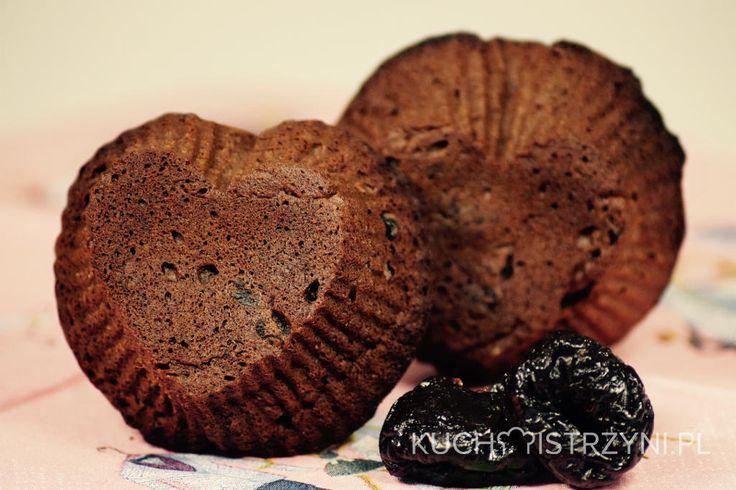 Zaszalej i przygotuj bezglutenowe i bezmleczne babeczki czekoladowe z suszonymi śliwkami. Można je upiec w wersji z alkoholem lub bez.