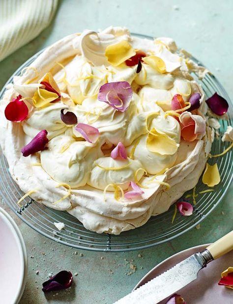 PAVLOVA A LA MOUSSELINE DE CITRON (Pour 8 P – MERINGUE : 4 gros blancs d'œufs, 225  g de sucre, 1 c à c de maïzena, 1 c à c de jus de citron) (CREME : 30 cl de crème, 100 g de caillé de citron, 1 zeste de citron, le jus de ½ citron, pétales de roses comestibles)