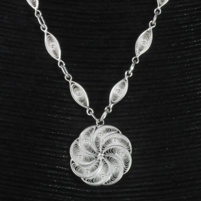 A modern design for this Curl Necklace. It will highlight your neck and your cleavage !