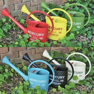 「MERCURY(マーキュリー)」24   大胆なロゴの文字と赤いロゴプレート、くるんとした持ち手が、可愛さ満点♪ そして、この大きさと存在感!プランターやフラワーベースとして、植物を入れてテラスやエントランスを演出する使い方が人気です!  サイズ(約):59×15×高さ35cm 容量(約):2.5L  レッド・イエロー・カーキ・ブルー・マットブラック・アイボリーの全6色展開です。   ※簡易防水のため水漏れする場合があります。 ※水を入れたまま放置しますと錆が出る場合があります。