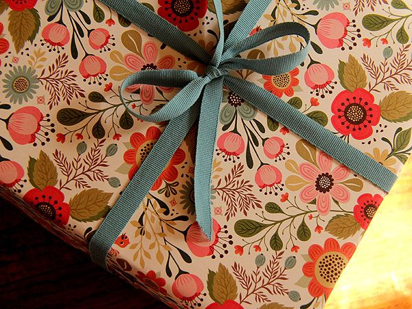 floral gift: Pretty Wraps, Gifts Ideas, Gift Wrapping, Beautiful Paper, Gifts Wraps, Wraps Gifts, Wraps Paper, Wraps Ideas, Beautiful Wraps