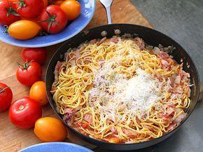 En god och lättlagad pastarätt med tomat, sidfläsk, vitt vin och parmesanost.