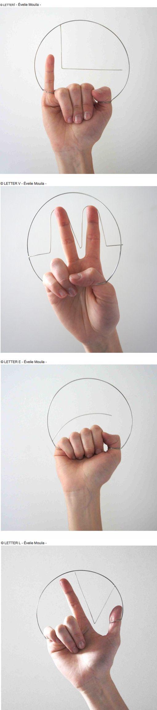 """Évelie Mouila se inspira en el lenguaje de señas en estas 4 """"piezas de mano""""  En esta colección Évelie Mouila explora la idea de que la joyería ya no tiene que adaptarse al espacio del cuerpo, en cambio es el cuerpo el que tiene que adaptarse al espacio de la joyería."""