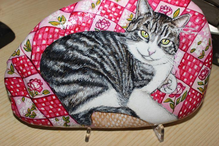 Pittura su sasso, con tempera acrilica, di un maestoso gatto superamato