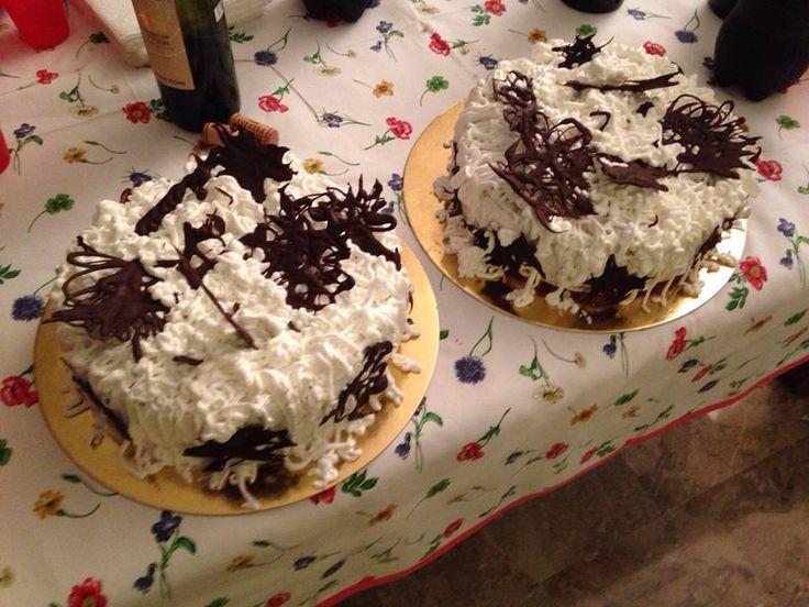 Chiffon cake, farcita di mascarpone e nutella, ricoperta di panna montata e decorazioni di cioccolato