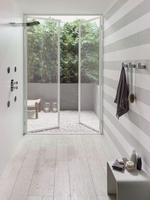 Dans cette douche à l'italienne, bois inspire autant qu'il décore.