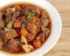 Goulash aux légumes, bœuf, et herbes aromatiques