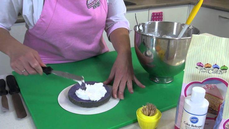 Het lijkt misschien moeilijk, maar met ons eenvoudige regenboog taart recept kun je zelf een heerlijke regenboog cake maken. Een regenboog taart heeft een spectaculair recept als je de taart aansnijdt. De regenboogtaart kun je maken voor bijvoorbeeld een kinderverjaardag. De leuke kleurtjes doen het erg goed als kindertaart.
