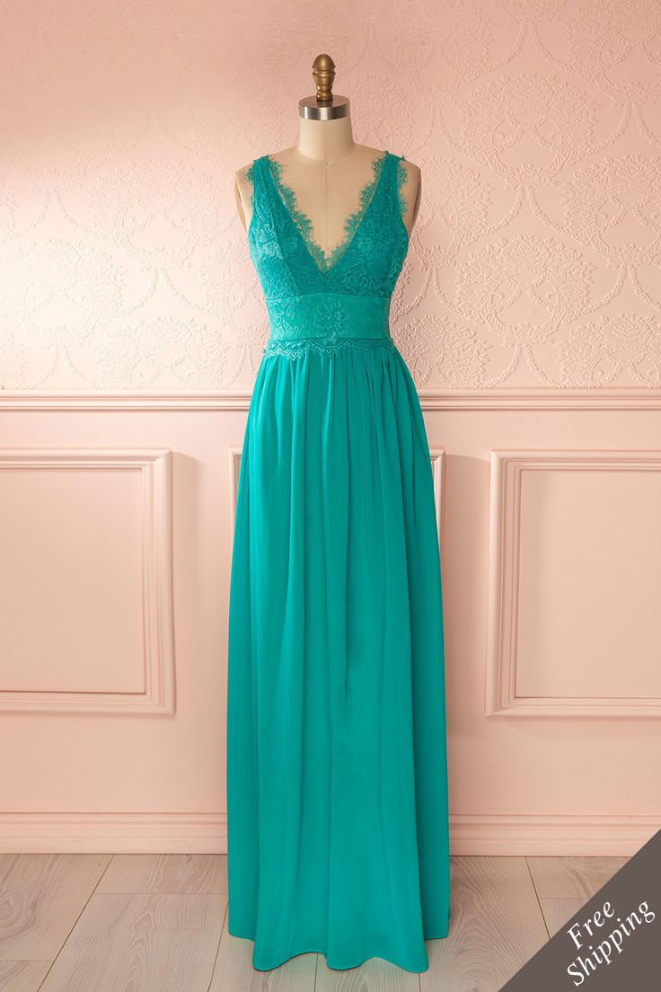 Le jury de la mode vous donne la note de 10 sur 10 pour votre tenue distinguée : c'est la perfection à l'unanimité ! The fashion panel gives you a 10 for your distinguished outfit: they all think you're perfect! Teal veil and lace maxi dress www.1861.ca