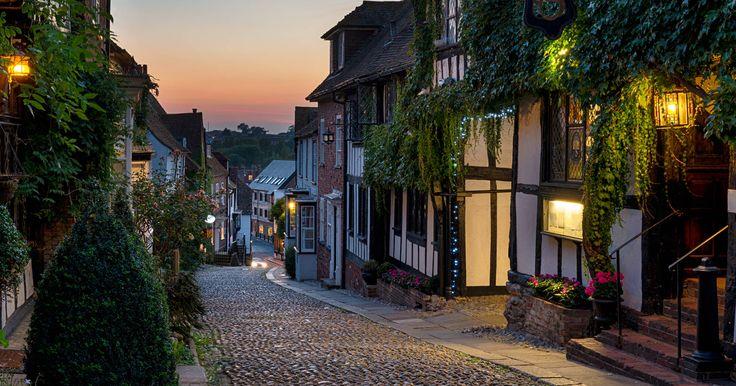 Het pittoreske stadje Rye in East-Sussex, Zuid-Oost Engeland. Deze plaats ligt vlakbij de kust en ook aan de rand van deHigh Weald Area of Outstanding Natural Beauty. Dat is een fraai cultuurlandschap met kleine dorpen en stadjes, en een aantal mooie kastelen. Het gebied herbergt ook een aantal wijngaarden oa bij Battle en Tenterden, waarvan u er een paar kunt bezichtigen. Vanuit het stadje kunt u ook zeker de nodige wandelingen maken.