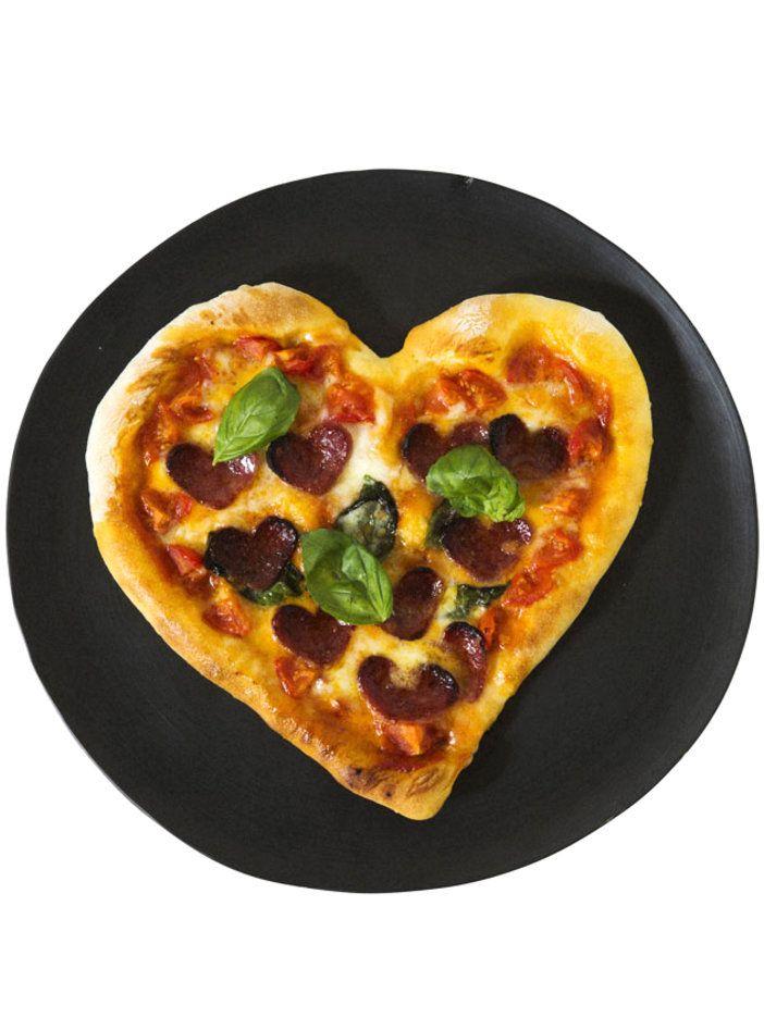 ベーシックなピザに、ハートで変化をプラスして 『ELLE a table』はおしゃれで簡単なレシピが満載!