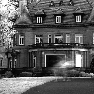 Pittock Mansion in Oregon:  This 22-room French Renaissance-style chateau in Portland, Oregon, sounds like the ideal site for a horror movie, & for good reason—several films have been shot here. Although random apparitions are said to materialize, they seem to be happy. In fact, many people would even say that one of the mysterious presences—a strong scent of roses—is actually a blessing.