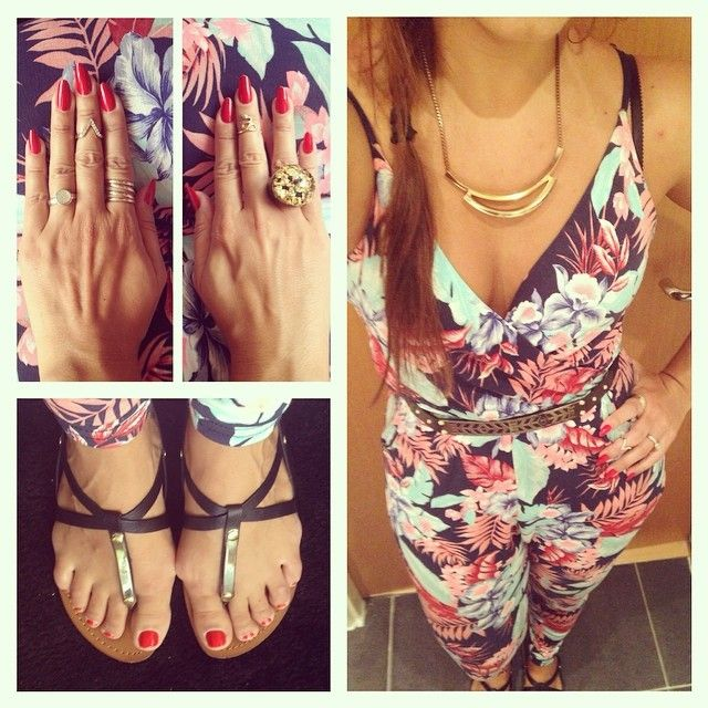 Flowery jumpsuit from New Look, flat sandals from Steve Madden, necklace from New Look, rings from Sobral, H&M, Forever 21.