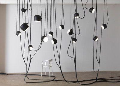 Одна из галерейных инсталляций Буруллеков – «лианы» из проводов, на которых «растут» лампы с абажурами