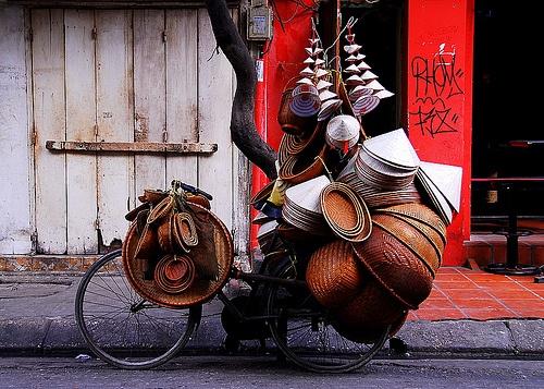 Mobile nón lá shop in the old quarter