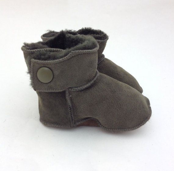 Genuine shearling booties in two colours for babies. by BeFur, €22.50