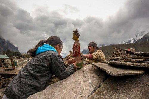 ネパール大地震、奥地の現状を伝える写真10点   仏様を取り戻す家族。こうした作業は地震が起きた日の夜には始まっていた。(Photograph by David Morton)