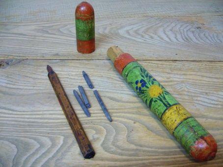Beschilderde ronde griffelhouder met griffels en houten kroontjespen