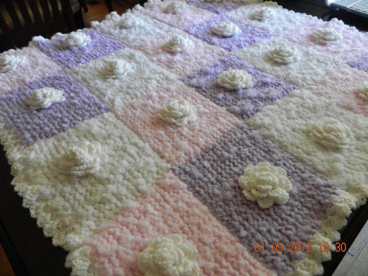 chamarrita hecha a mano con cuadros en tricot o dos agujas y aplicaciones de rosas hechas en crochet...hand made baby blanket, done in crochet the roses appliques done in crochet and  knitted the granny squares