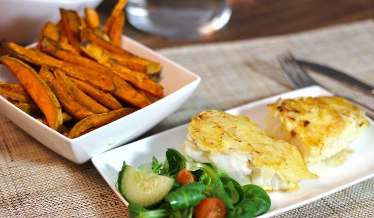 Gezonde fish & chips. Het recept voor witvis in kaas-amandel jasje en zoete aardappel friet. Snel klaar en een gezond alternatief voor fish & chips
