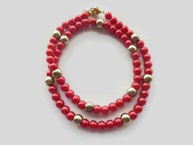 Collana di perle rosse intervallate da perle dorate. Misura 61 centimetri chiusura e anellini compresi, nichel…