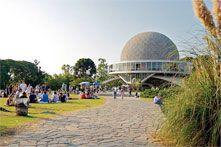 El Planetario está abierto de martes a domingos por la tarde.    El Planetario Galileo Galilei fue inaugurado en 1962. El arquitecto fue Enrique Jan y el curioso edificio está inspirado en Saturno y sus anillos. El edificio tiene cinco pisos con escaleras panorámicas y una sala circular de 20 metros de diámetro con capacidad para 360 personas.
