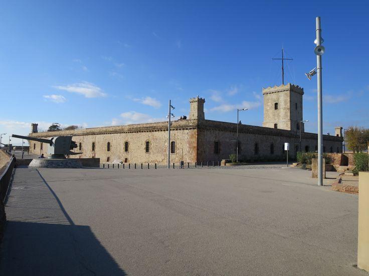 モンジュイック城。大砲(?)の存在が、ここがかつて軍事施設だったということを鮮明に語ってくれています。