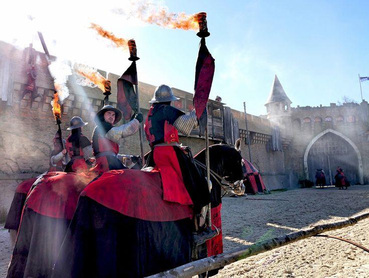 Bien décidés à assaillir le donjon, les cavaliers anglais débutent leur dernière semaine de répétitions ! #SecretdelaLance #PuyduFou #spectacle #chevaux #chevaliers
