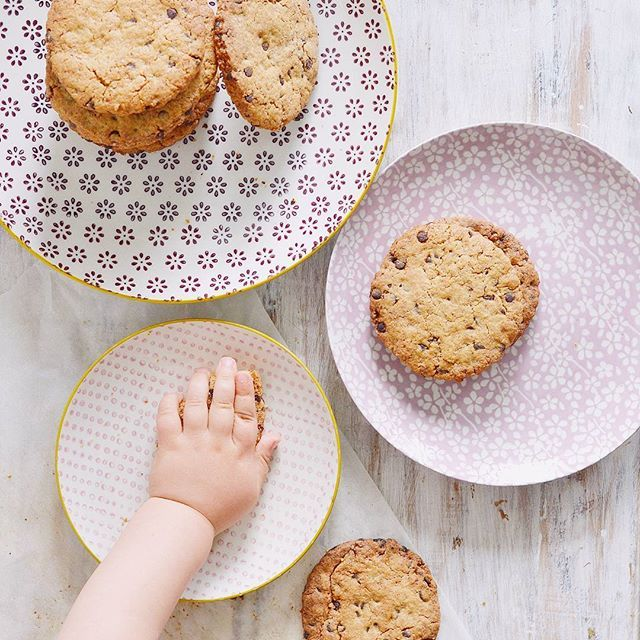 Buongiorno!!!! Chi ha fatto sparire il primo chocolate chip cookies??? Una manina golosa of course. Le vicissitudini di una mamma che ha un bimbo goloso ora su stories 🙈🙈 e la ricetta sul blog di questi #cookies semi integrali con farina di tipo 2, con bimby o senza!!! E che weekend sia amici! . . . #lamaninagolosa #lamaninagolosablog #70mq #bloomingville @70mqcadorin #colazioneinsieme #thatsdarling #simplepleasures #our_everyday_moments #inspiremyinstagram #liveauthentic #livefolk…